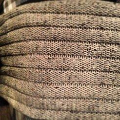 MM011 - Gebreide sjaal. Kleur: beige gemeleerd.