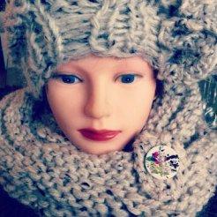 MM018 - Rond gebreide sjaal met bijpassende muts met leuke knoop als terugkerend detail. Kleur: grijs.