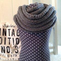 MM020 - Rond gebreide sjaal. Kleur: grijs.