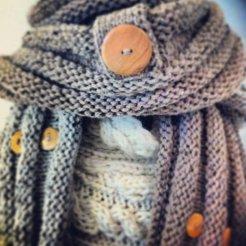 MM016 - Gebreide sjaal met grote knoop. Kleur: bruin.