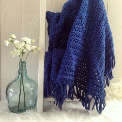 MM006 - Gehaakte omslag doek. Kleur: donker blauw.
