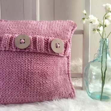 MM100 - Gebreid kussen met knopen. Kleur: zacht roze.