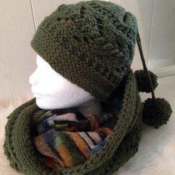 Gebreide sjaal + muts met pompons en fleece voering. Kleur: donker groen.