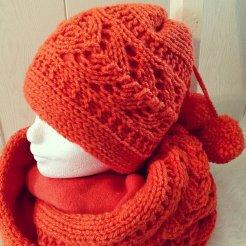 Gebreide sjaal + muts met pompons en fleece voering. Kleur: oranje.