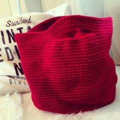 Gehaakte, gevoerde tas/shopper. Kleur: rood.