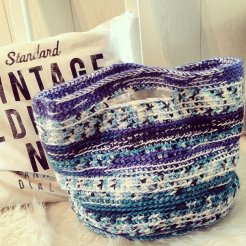 Gehaakte, gevoerde tas/shopper. Kleur: blauw/wit tinten.