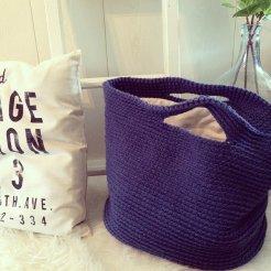 Gehaakte, gevoerde tas/shopper. Kleur: donker blauw.